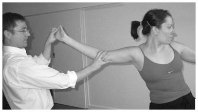 Figure 7 –Technique utilisant le mouvement neurodynamique et musculo-squelettique combiné à la position symptomatique chez une athlète de haut niveau (From Shacklock 2005, Elsevier, Oxford). Reproduction interdite. DR